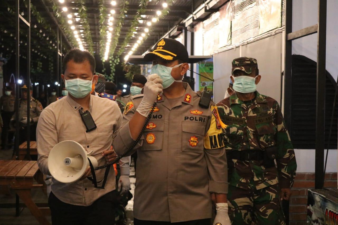 Cegah Penyebaran Virus Corona, Kapolres Majalengka Pimpin Patroli Bersama Imbau Warga Agar Tidak Berkerumun