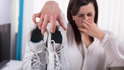 7 Trik Mudah Menghilangkan Bau Sepatu