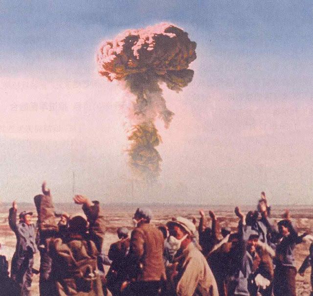 Chineses comemoram teste de bomba nuclear, sem ter ideia das consequências que vão sofrer