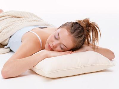 Chica durmiendo boca abajo sobre una almohada