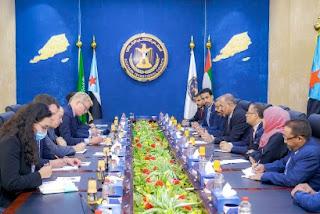 الرئيس عيدروس الزبيدي يلتقي المبعوث الأممي هانز