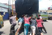 Cegah Kemacetan, Polisi dan Warga Bojongsari Terpaksa Evakuasi Truk Mogok