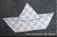 2 snoods entièrement faits main, composés de pans de jeans montés façon patchwork, surpiqures bleu clair, intérieur minky, tissu tout doux bleu ciel bien chaud, appliqués bateau pour l'un et voiture pour l'autre en tissu coton motif géométriques bleu ciel et gris.  Dimensions : 56 x 27 cm.