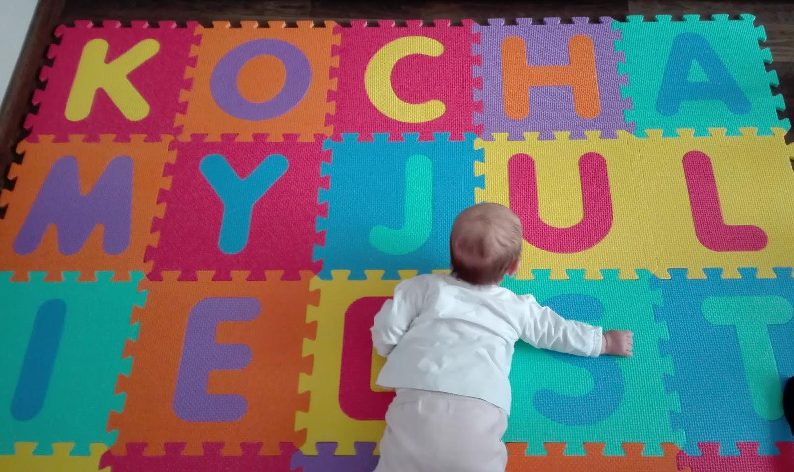 Zabawy z piankową matą edukacyjną - literkowe puzzle