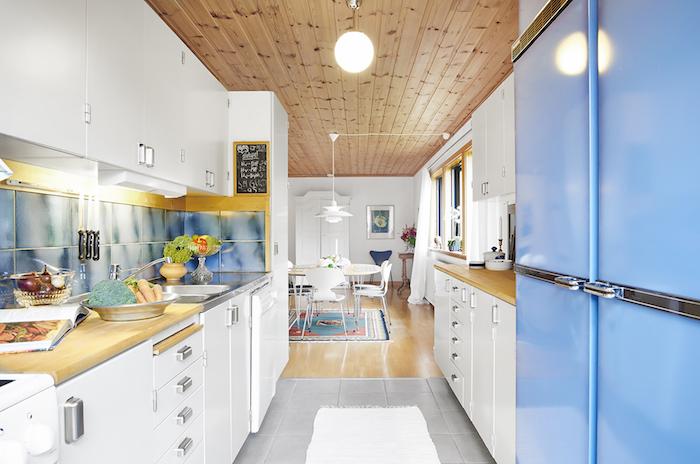 cocina blanca con detalles en azul. Cada de campo para soñar