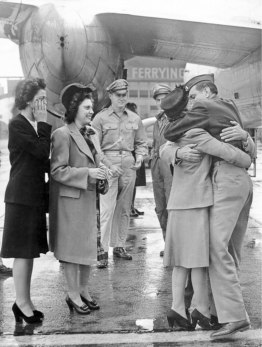 60 + 1 Heart-Warming Historical Pictures That Illustrate Love During War - Soldier Is Welcomed Home At Long Beach Airport, 1945