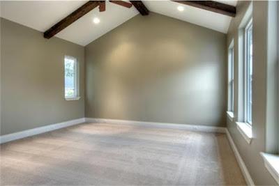 เพดานสูงพร้อมหน้าต่างบานใหญ่ ช่วยให้ห้องดูโล่งและโปร่ง บรรยากาศดี