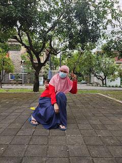 Main bersama anak di taman