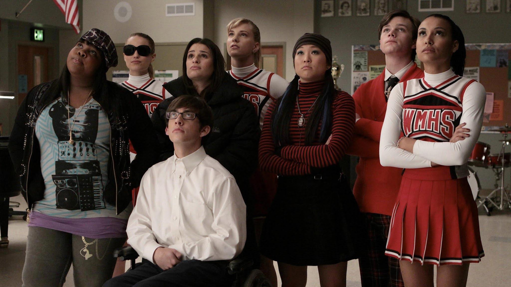 Glee, primeira temporada episódio 18. Elenco olhando para o teto.