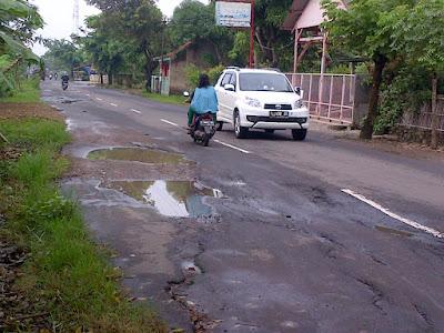 Jalan Sepanjang 8Km Cilamaya-Cikalong Butuh Perbaikan