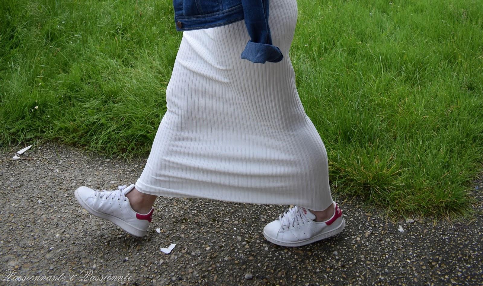 robe longue et baskets