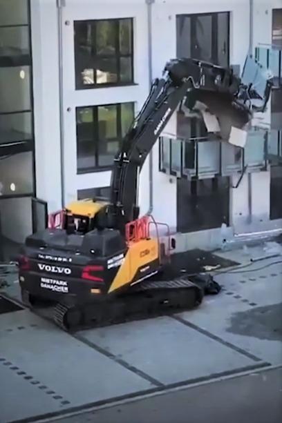 Contratista molesto destroza edificio que él construyó