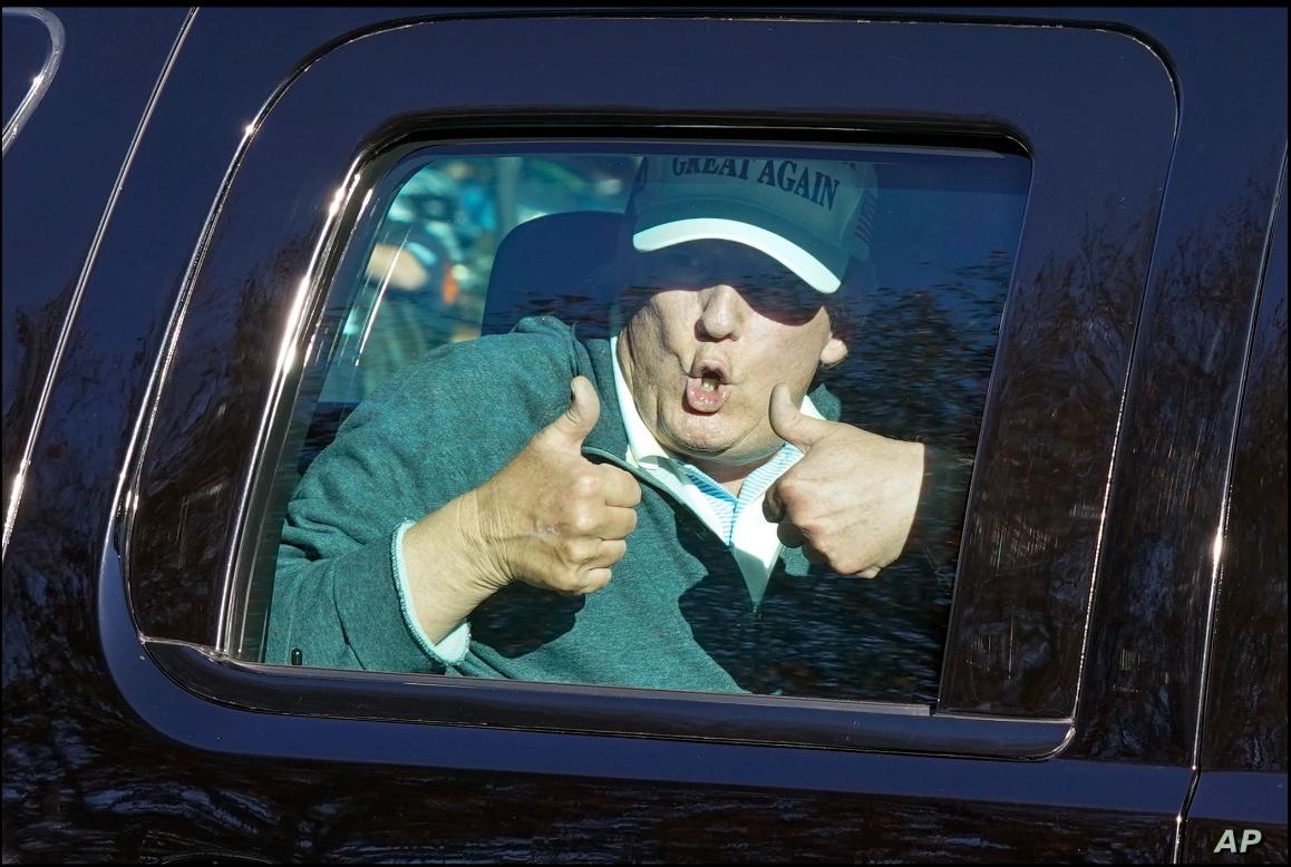 El presidente Donald Trump saluda a sus partidarios al salir de su club privado de golf en Sterling, Virginia, el domingo, 8 de noviembre de 2020 / AP