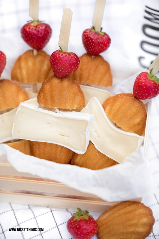 Nachtisch für Picknick Erdbeer Spiesse mit Madeleines und Käse
