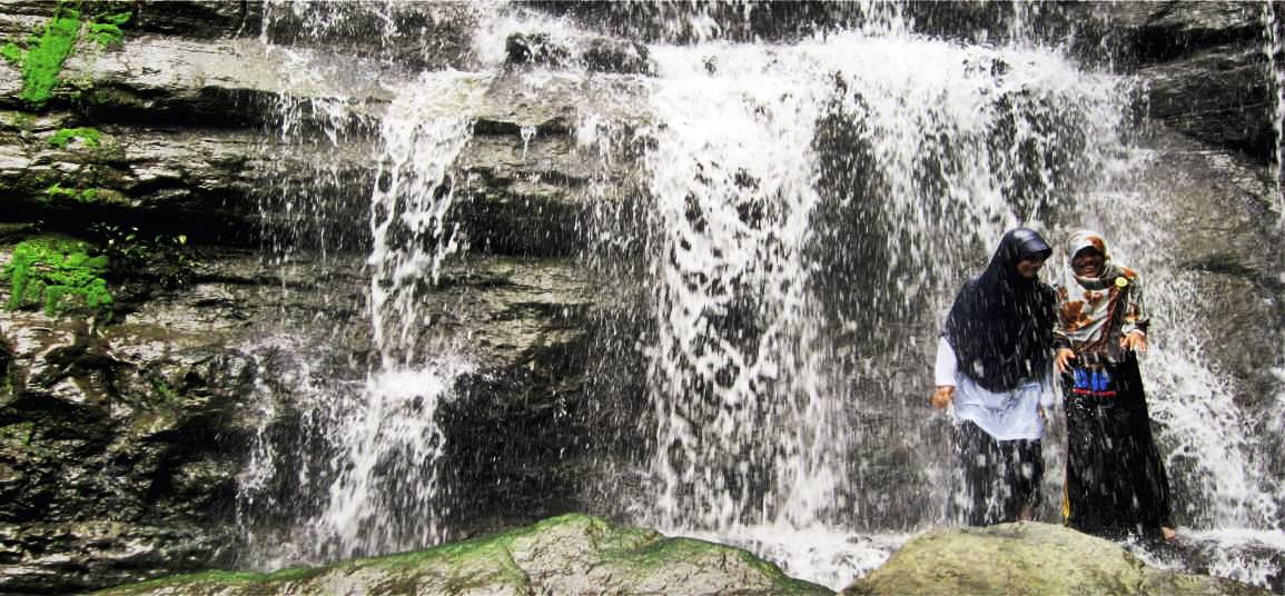 Taman Hutan Raya Pocut Meurah Intan cewek hijab cantik dan manis pakai Jilbab cewek manis main air terjun