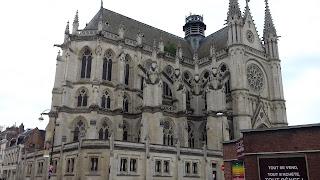 Die Kathedrale ist das groesste Sakralgebaeude Frankreichs aus dem XIII. Jahrhunderts