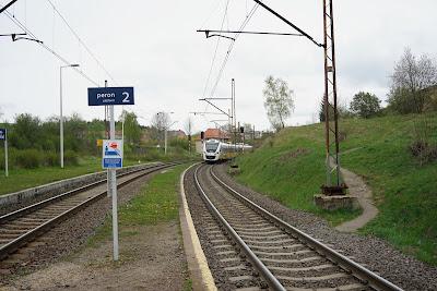 Pociąg KD odjeżdzający w kierunku Wrocławia