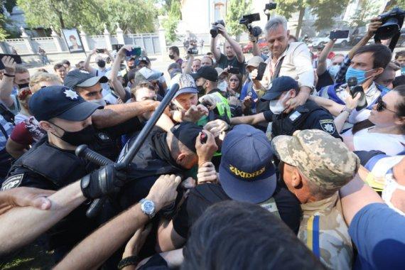 Мовний мітинг під Радою: сталися сутички з поліцією, люди розклали вогнище