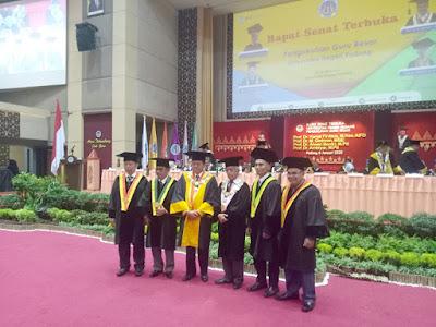 Rektor Universitas Negeri Padang, Ganefri bersama empat profesor yang dikukuhkan