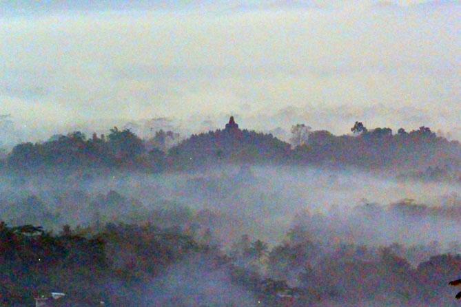 Siluet Candi Borobudur kala pagi