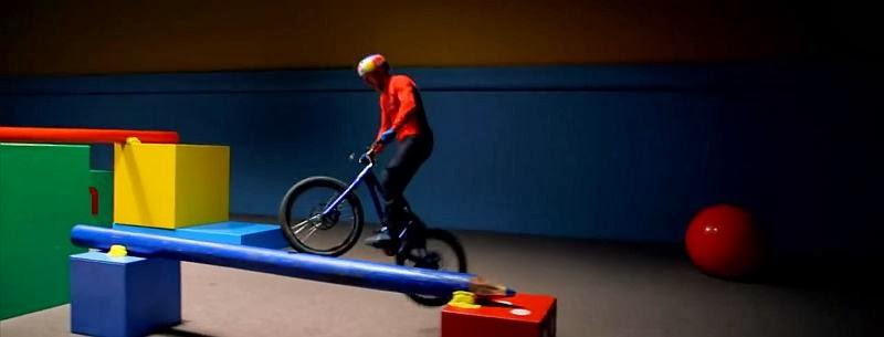 Danny MacAskill, seines Zeichens schottischer Street Trials Pro Driver unter Red Bull, zeigt uns hier im Video seine Skillz.