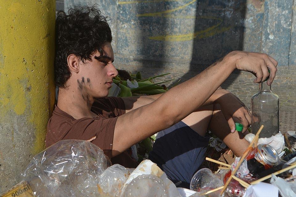 Lucas Carvalho posa de 'mendigato' para ensaio. Foto: Sidney Boock