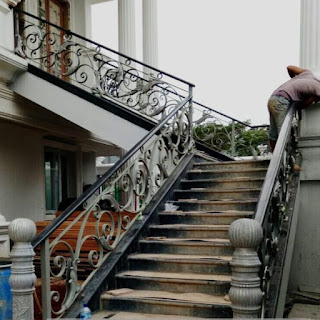 Proses Pemasangan Railing Tangga Besi Tempa Klasik oleh tim Dzaky Jaya.