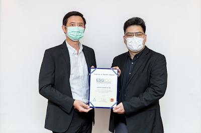 นายเดชบดินทร์ เหรียญทรัพย์ดี (ด้านซ้าย) รองกรรมการผู้จัดการ บริษัท ทานตะวันอุตสาหกรรม จำกัด (มหาชน) (THIP) รับมอบประกาศนียบัตร ESG 100 Company ประจำปี 2564 จากนายวรณัฐ เพียรธรรม (ด้านขวา) ผู้อำนวยการ สถาบันไทยพัฒน์ ณ บมจ.ทานตะวันอุตสาหกรรม สำนักงานกรุงเทพฯ ถ.วิภาวดีรังสิต