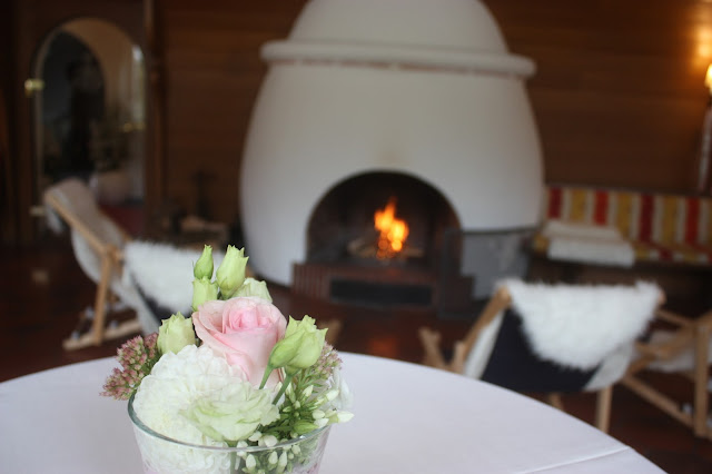 Kaminfeuer und Liegestühle, Hochzeitsmotto aus M wird M, Pastell und Vintage im Riessersee Hotel Garmisch-Partenkirchen, Bayern