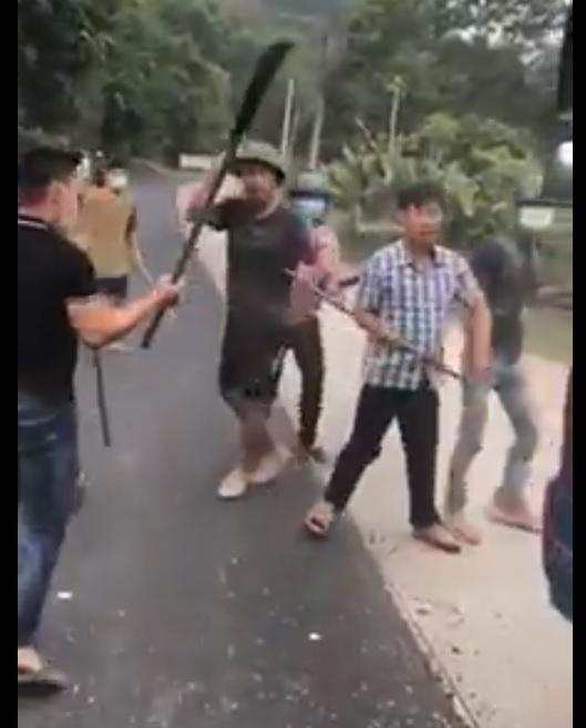 Clip băng nhóm giang hồ vác tuýp sắt, đao, kiếm đập phá xe ô tô đánh người ngay trước mặt Công An
