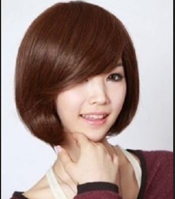 model rambut poni miring dengan layer di bagian samping wajah
