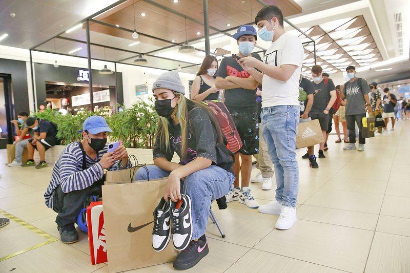 Zapatillas causan enormes filas en Santiago y Viña
