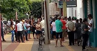 Fila na porta de um banco em Pereira Barreto