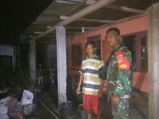 Rumah Warga Terbakar, Babinsa Koramil 10/Gantiwarno Bantu Padamkan Api