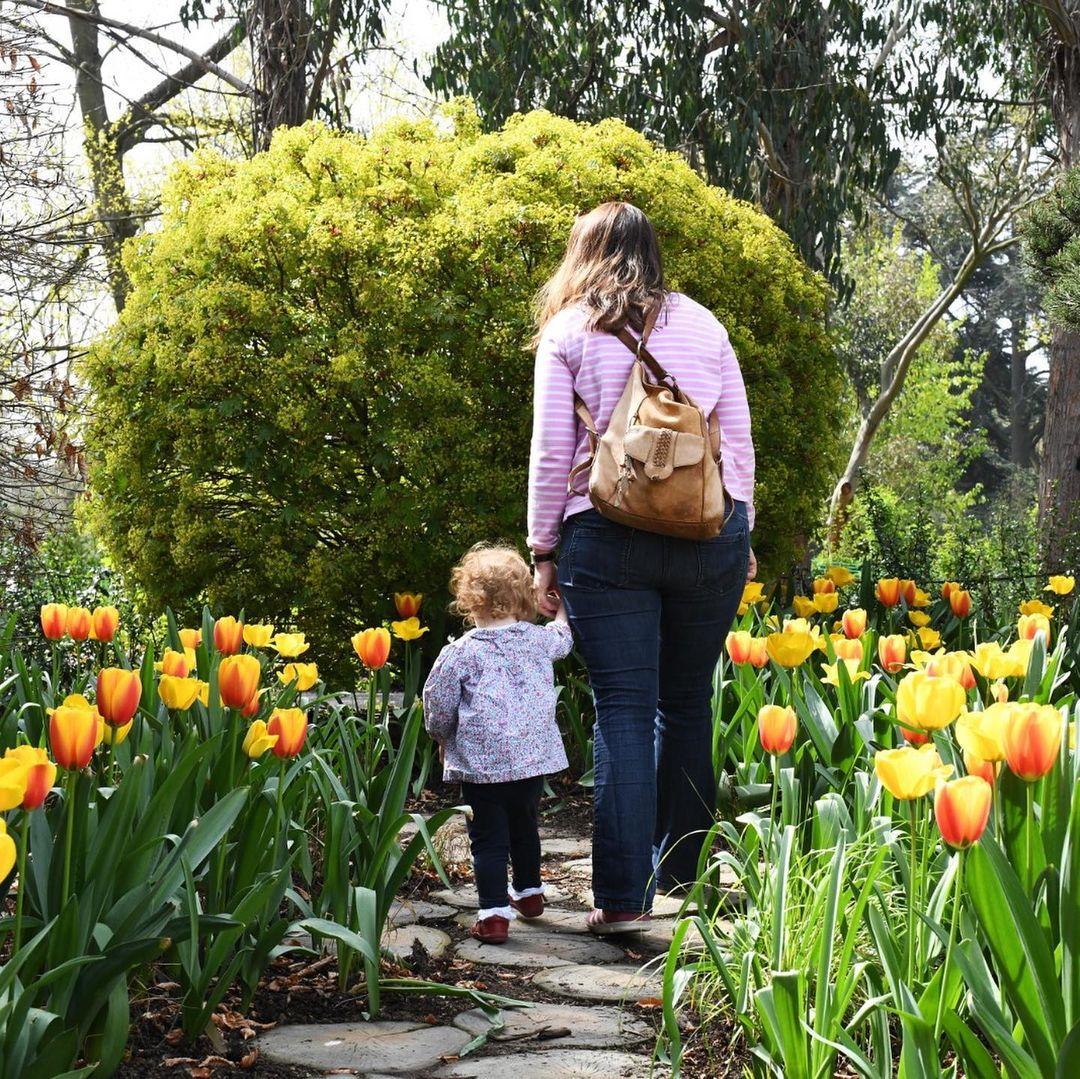 Spot family traveling ke Kew Gardens