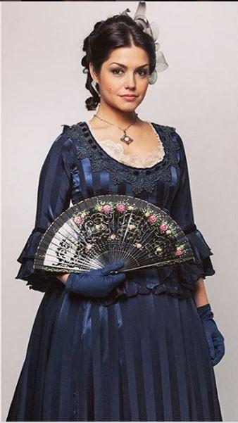 Figurino da Maria Isabel (Thais Fersoza) em Escrava mãe, vestido azul