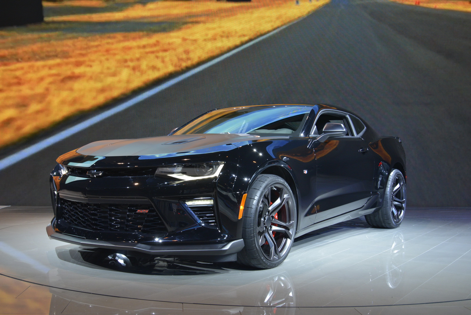 Camaro chevy camaro ss 1le : Chevrolet's Track-Ready 2017 Camaro 1LE Shows Up In Chicago ...