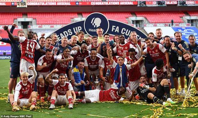 """Arsenal - Aubameyang """"vô đối"""" FA Cup: Đón mưa kỷ lục, triệu fan vỡ òa"""