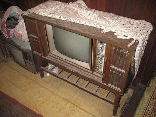 TV Retro Zaman 70an-80an, television lama tahun 70an 80an malah masa is kecik dulu kat umah mengasuh is ada lagi TV nie tu tahun 1990. Siapa pernah ada?