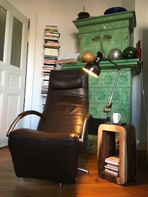 Leseecke: Sessel, Bücher, Licht