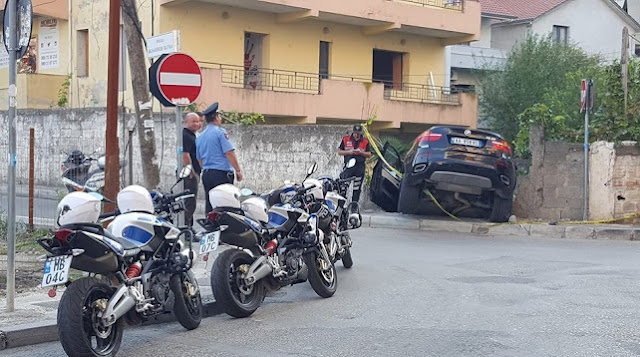 A BMW X6 ended inside the house yard attempting to escape Police