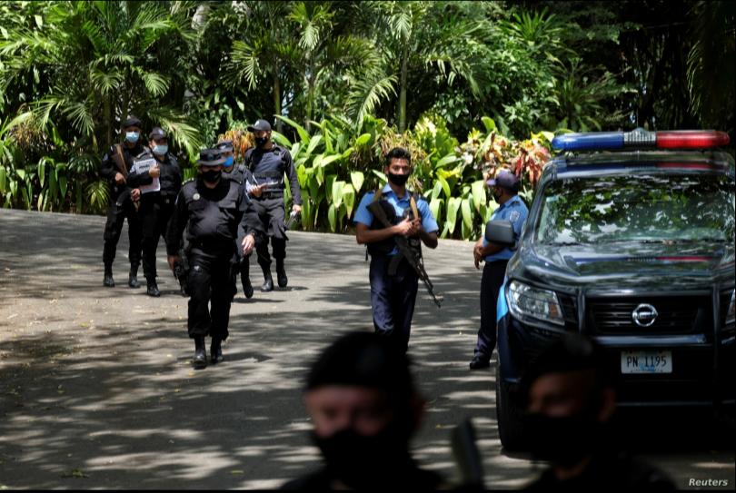 Policías nicaragüense se agrupan frente la casa de la precandidata presidencial Cristiana Chamorro, quien fue arrestada el 2 de junio de 2021 por acusaciones de lavado de dinero / REUTERS