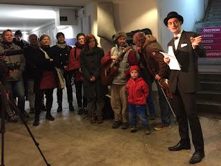 Gregor Netzer stellt den Kunstautomaten in Landsberg vor