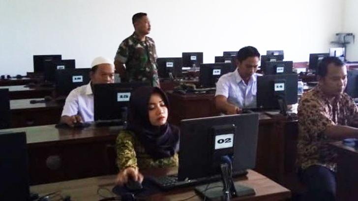 Babinsa Kawal Ujian Komputer Calon Perangkat Desa Mulyasari