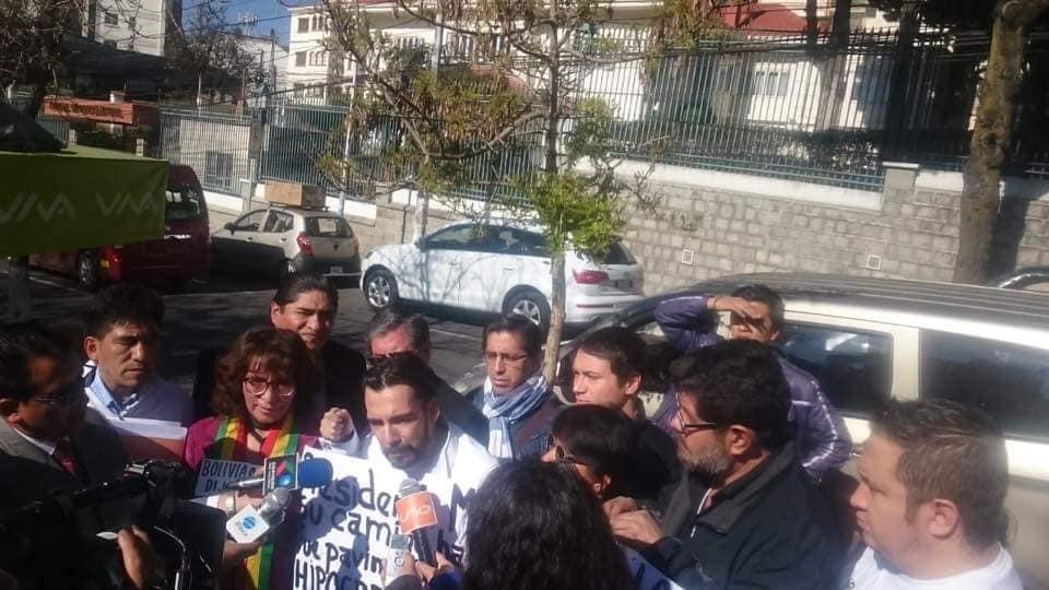 Activistas llegaron desde Santa Cruz y Cochabamba para manifestarse ante el TSE / FACEBOOK
