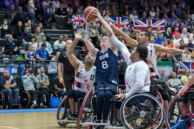 George Bates (GBR) em disputa com atletas do Irã no Campeonato Mundial de basquete em cadeira de rodas