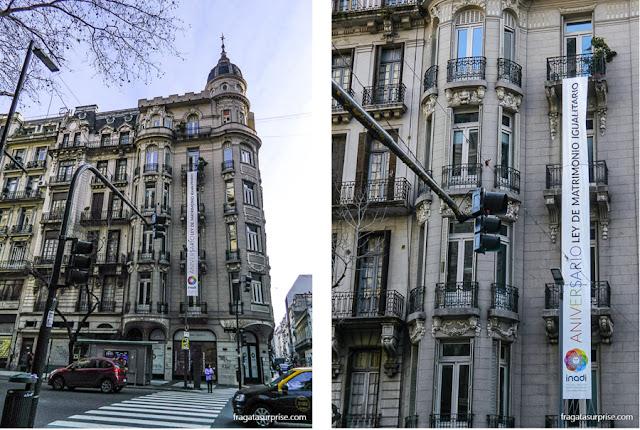 Faixa celebra o direito ao casamento igualitário na Avenida de Mayo, em Buenos Aires