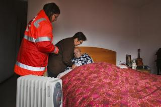 Una asistente de la Cruz Roja presta ayuda a una familia  afectada por la pobreza energética en España