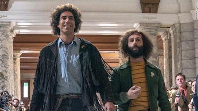 Sacha Baron Cohen (Abbie Hoffman) y Jeremy Strong (Jerry Rubin)