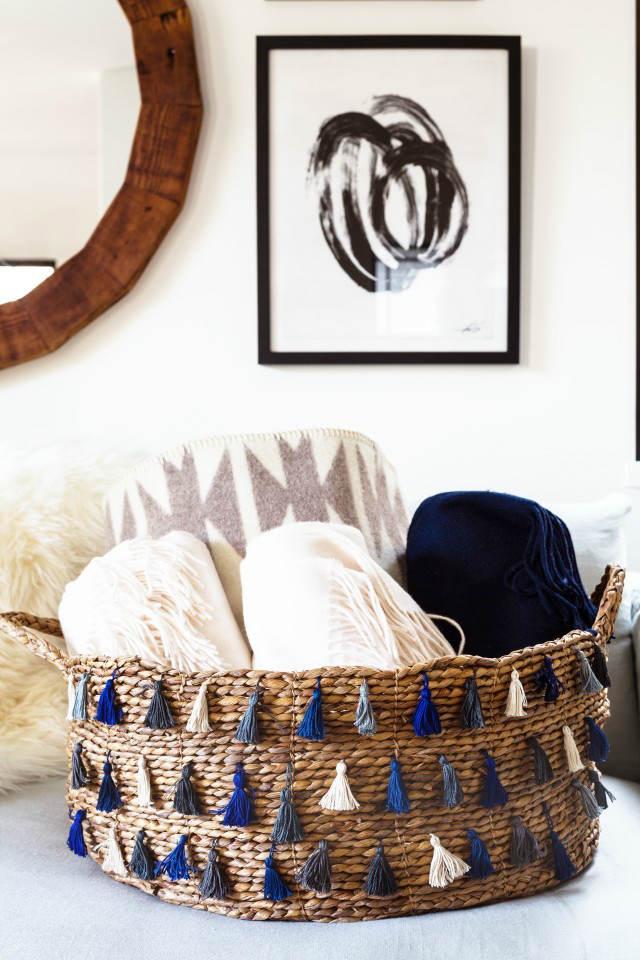 cesto decorado con borlas